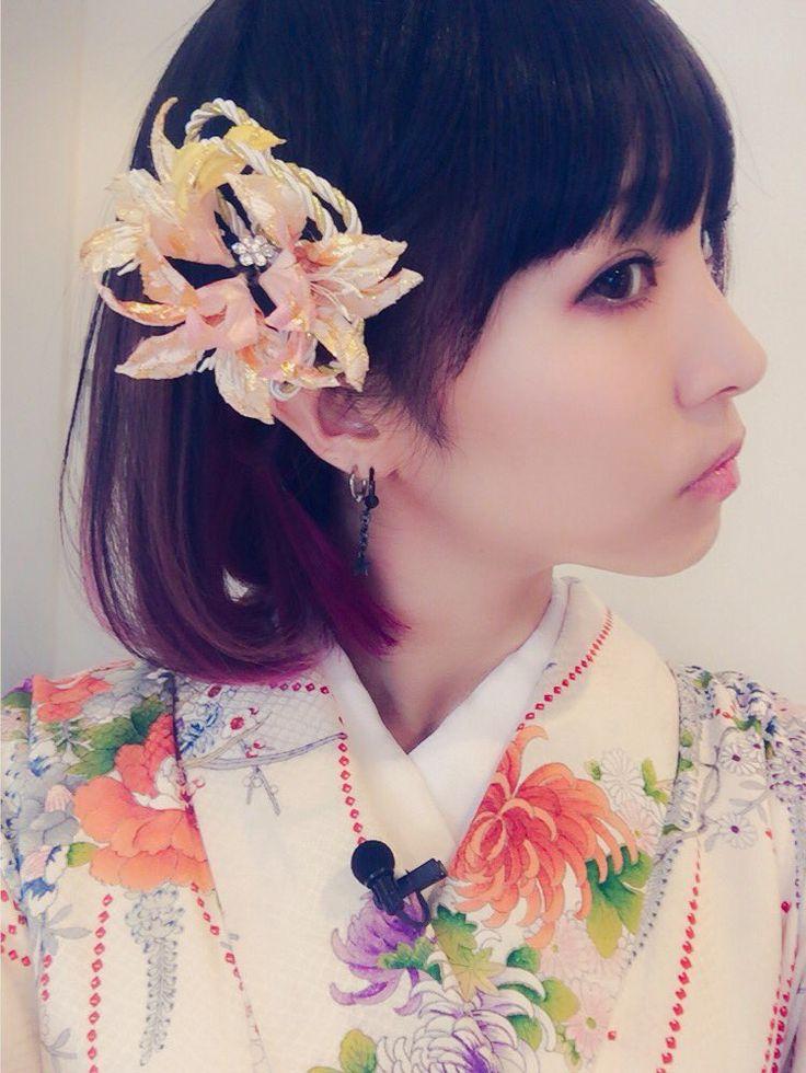LiSA @LiSA_OLiVE  11月30日 年末は2016年は大阪と幕張でライブ。あっという間に2017年になりそうなので、今日はお正月先取りで着物っ。髪飾り可愛い。