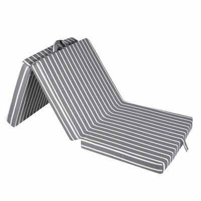 Chauffeuse 1 place FINLANDEK ALAND gris avec rayures. Dépliée, elle se transforme en lit d'appoint. Matelas d'appoint