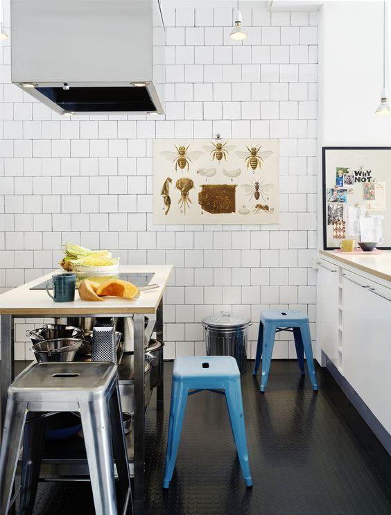 Köksö tillverkad av underdel från Ikea och med skiva av värmetåligt laminat, Produktma. I skivan är en induktionshäll från Husqvarna monterad. Tolixpallar, Posh living. Gummmatta Checked stud från Trelleborg rubber flooring.: