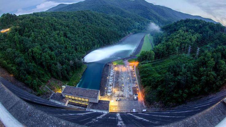 Le barrage hydroélectrique de Fontana mesure 150 mètres de haut pour 720 de long et fournit une capacité de 225 mégawatts. Il fut construit dans les années 1940 sur la rivière Little Tennessee (États-Unis). Il porte le nom de la ville de Fontana, qui fut inondée pour les besoins de ce projet.