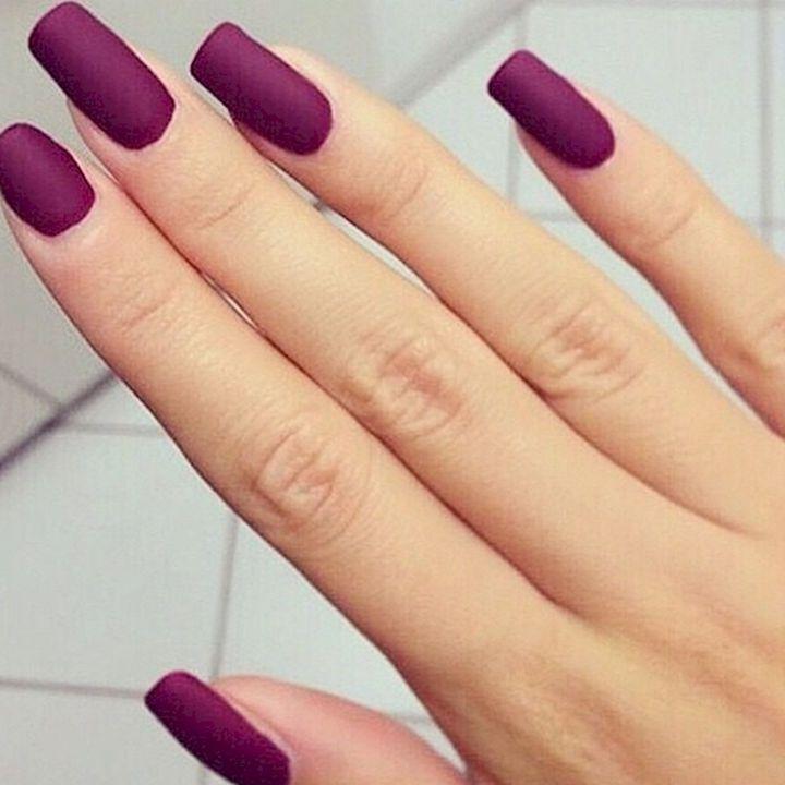 Utiliza un color morado para resaltar tus uñas este otoño.  #Uñas #NailArt