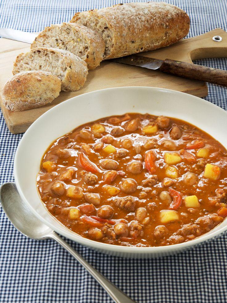 Een bruine bonensoep, maar dan lekker pikant. Ideaal voor op een koude dag. Het gehakt en de aardappels maken dit gerecht tot een vullende soep.