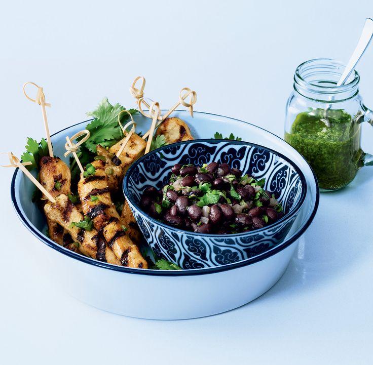 Recette de brochettes de poulet, salsa verde et haricots noirs « frijoles », présentée par Zeste