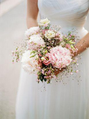 Un mariage champetre en corail et mint à découvrir sur le weblog mariage www.lam…