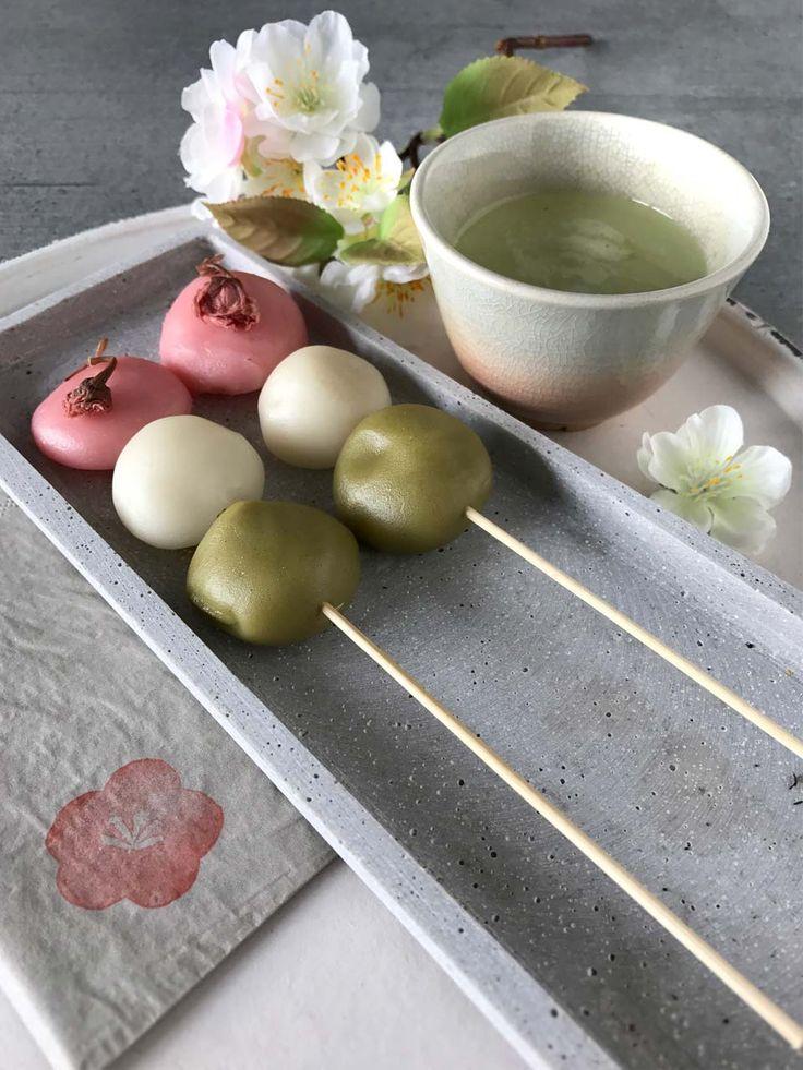 Hanami Dango: Rezept für dreifarbige japanische ReisKugeln am Spiess. Im Frühling wird in Japan eine besondere Leckerei hergestellt: Hanami Dango. Die süßen Reiskugeln auf einem Holzspieß symbolisieren die Farben der Kirschblüte: Rosa für die Blüten, Weiß für die Äste und Grün für die Blätter. Der perfekte Snack für mein geplantes Kirschblüten-Picknick.