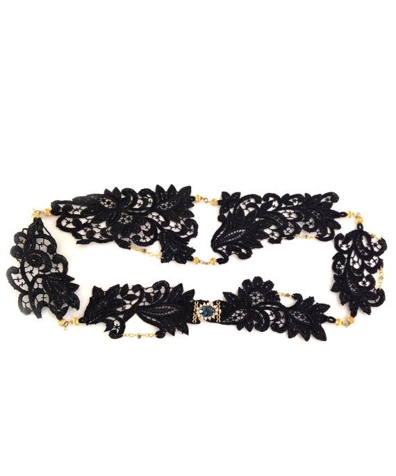 Cinturón de encaje negro labrado con engarces, rematado con un broche chapado en oro de 24k adornado con un cristal checo en tonalidades azul.
