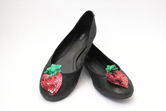 Carnavalizada dos pés à cabeça!! Nossos clipes de sapatos vem dar uma alegria a mais àquele sapatinho velho, meio sem graça já...  E quando acabar o carnaval, você pode continuar usando! Não é uma lindeza?  _____________________________________________________________    *Acessório no formato morango, todo paetizado;  *Fica preso ao sapato com auxílio de um clipe metálico com pequenas garrinhas que ajudam na sua fixação.  *O preço indicado no produto refere-se ao par. R$ 12,00