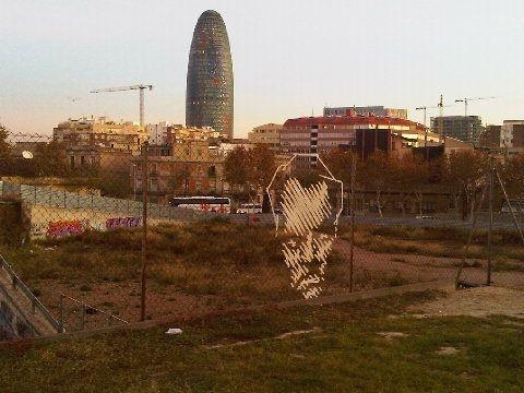 Curioso urbanart hecho con esparadrapo sobre valla metalica! :-o