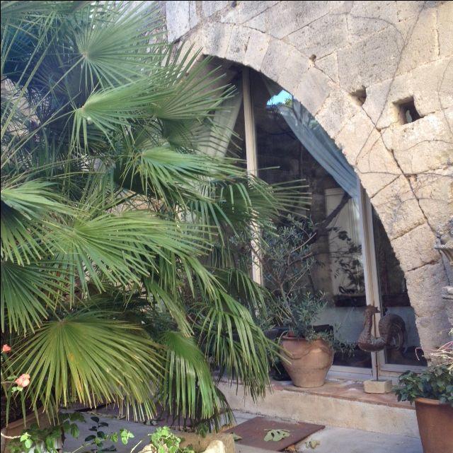 Ancien prieuré du 13 éme siècle, patio 100m² ; partie privative 150 m² en rez de chaussée,garage 50m²; voutes gothiques jonction salon /séjour,dans le séjour,baie vitrée chambre.5 appartements à louer,4 studios de 40m² et unT3 de 80m²,Idéal chambres d'hôtes ou location; rentabilité évidente;grenier 90m² à aménager soit une surface totale avoisinant les 600m² de bâti. Merveille historique à deux pas de la mer.Prix : 498 000€  DPE :E  www.philippecongnard.com