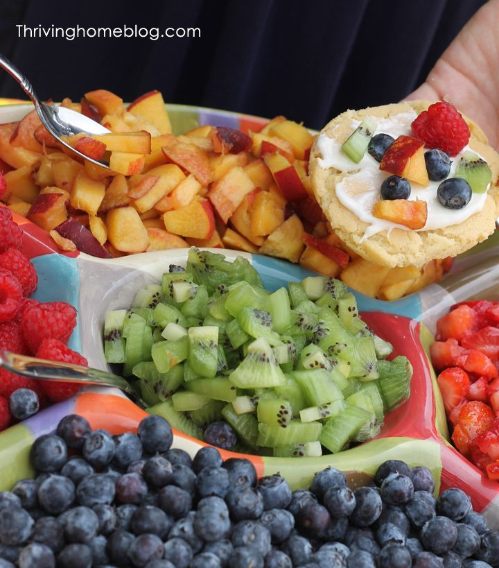 """Mini Fruit Pizzas with cream cheese frosting and sugar cookie """"crusts"""" - great idea for so many events, even """"just"""" summer BBQs! :)"""