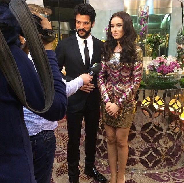 Bakü'de gerçekleşen Aşk sana benzer galasına katılan oyuncular Fahriye Evcen ve Burak Özçivit basın mensuplarının sorularını yanıtladılar .