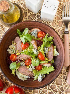 Салат из утки с припущенными помидорами черри