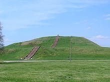 コリンズビル(英語版)のカホキア遺跡にあるモンクス=マウンド(英語版) (Monk's Mound) ミズーリ州 - Wikipedia