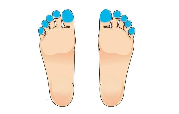 Pour le mal de têteMassez la partie supérieure de vos orteils les uns après les autres en insistant bien. C'est ici que se trouvent les nerfs reliés à la tête. On peut notamment masser le dessous des pieds avec de la menthe poivrée, très réputée pour les maux de têtes.