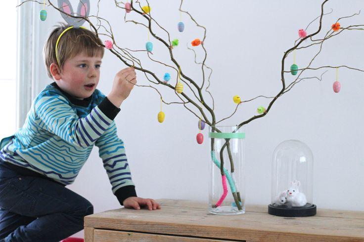 #paasboom #paastakken Waarom eens geen kleurrijke easypeasy Paasboom in huis halen en hem samen met je kids versieren?Voor ons was dit gisteren een ideale naschoolse activiteit!