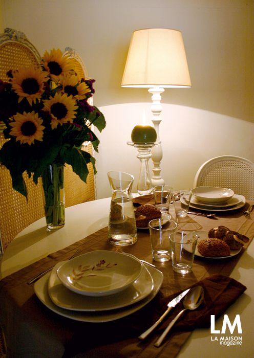 Для романтических вечеров мы накрыли стол, немного стилизированный в ретро, в комбинации «тон в тон»: оттенок слоновой кости предназначен для мебели, а кремовый цвет с деликатным украшением из цветов для посуды. Стаканы, бутылка и столовые приборы имеют округлые, но четкие линии, сохраняя простоту стиля. Мягкое, непрямое освещение и ширма, вдохновляют на нежность и тихий шепот.
