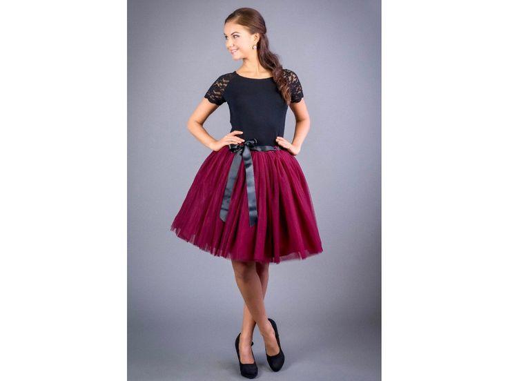 Dámská tylová sukně vínová stylová tutu sukně v délce 50 a 60 cm spodní neprůhledná vrstva ze saténu 3 vrstvy pevnějšího tylu pro požadovaný objem vrchní 2 vrstvy z jemného tylu příjemného na dotek součástí je i saténová stuha do pasu gumička v pase pro velikost 70 cm - 90 cm sukýnky jsou skladem, do 2 dnů vám dodáme