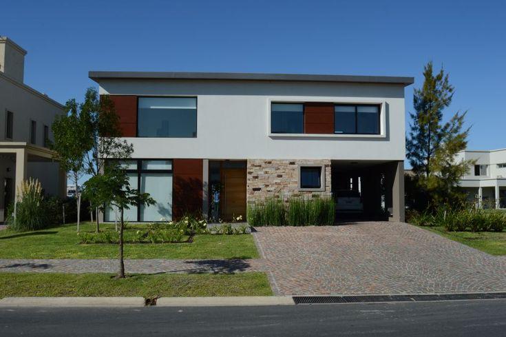 QUILMES. La casa austera y moderna diseñada por el estudio de los arquitectos Fernando Estévez y Esteban Córdova ha sido efectivizada con materiales que la dotan de calidez y estilo, rompiendo con la frialdad y el despojo asociados a la arquitectura racionalista pura.