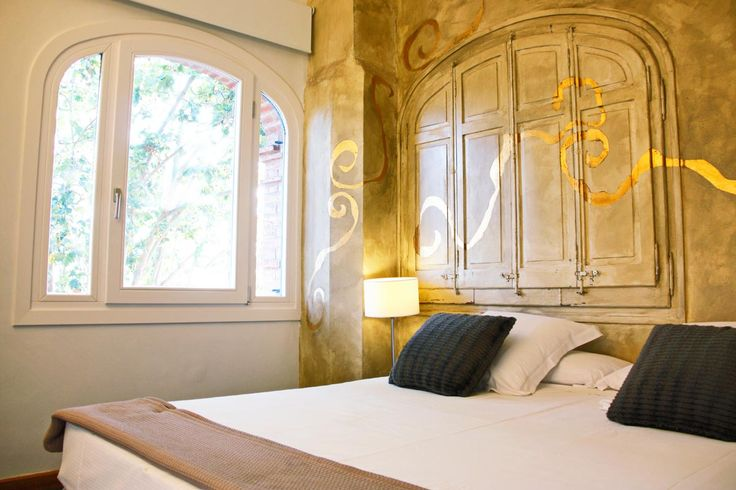 Nuevas ventanas de madera en el Hotel Mas Passamaner de la Selva del Camp.