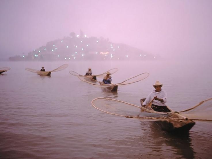 Parte de nuestra tradición, pescadores conredes de mariposa en nuestro Lago de Pátzcuaro, en su próxima visita a Pátzcuaro venga o conocerlos