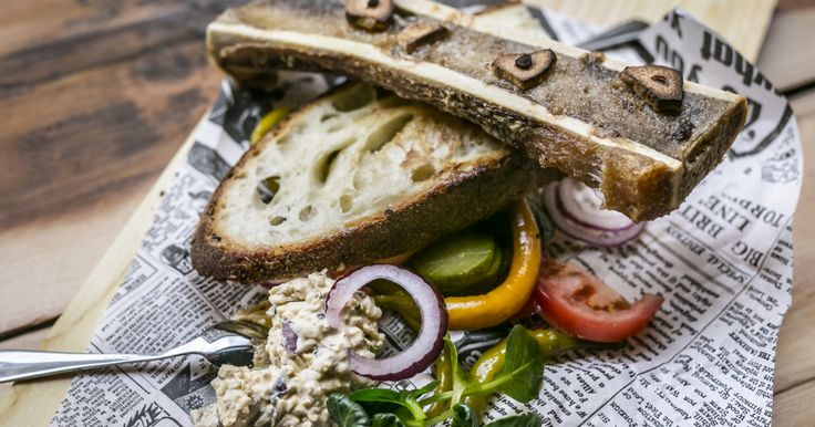 A Dohány utca Blaha Lujza tér felé eső részén hiánypótló bisztró nyílt Házi/Állat néven. Brutális adagok, megjegyezhető ízek és lazaság jellemzi a húsközpontú konyhát.