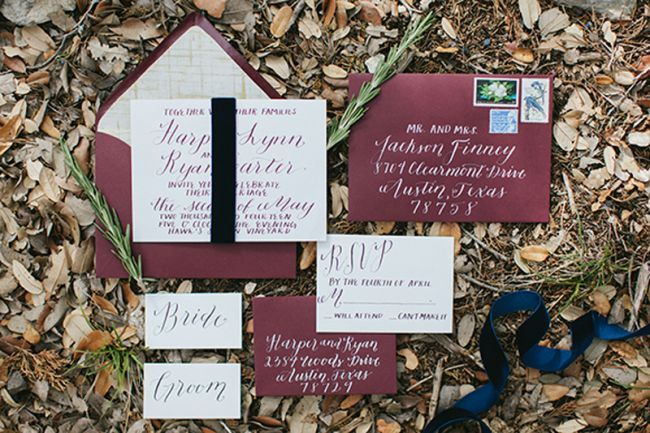 Invitación de boda color marsala. Créditos: Jen Dillender Photography