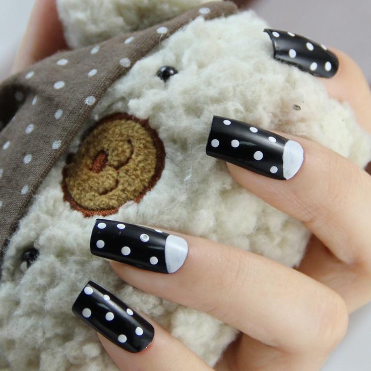 Zwarte nagellak, met witte stippen