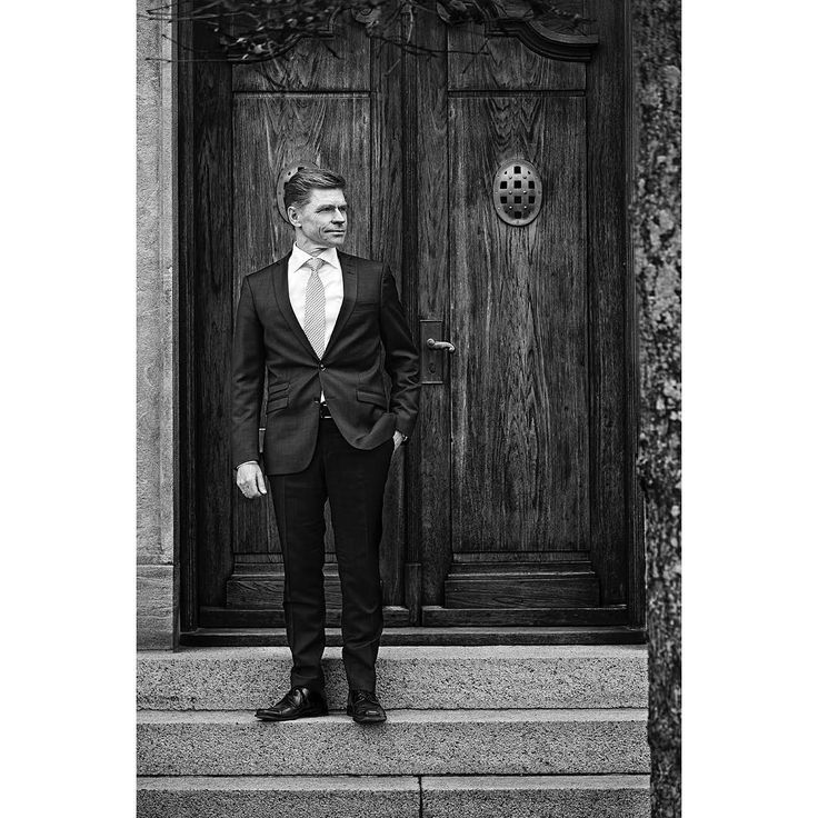 John Fisker is the CEO of Ringkjøbing Landbobank which was founded back in 1886. Here is one in a series og portraits of John.  #portrait #portraits #ceo #photography #finance #bank #bankfotografi #blackandwhite #portræt #delightmagazine #finans #privatebanking #instagood http://tipsrazzi.com/ipost/1507067627800323933/?code=BTqLgXPh2dd