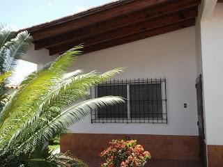 Conjunto residencial coral, Tacarigua de Mamporal a 8 minutos de las playas de higuerote y río chico se vende agradable y placentera casa (esquina) de 3 habitaciones, 2 baños, El estacionamiento tiene una capacidad para más de 4 puestos de carro. Telf. 0412.3.605721-0212.4223247