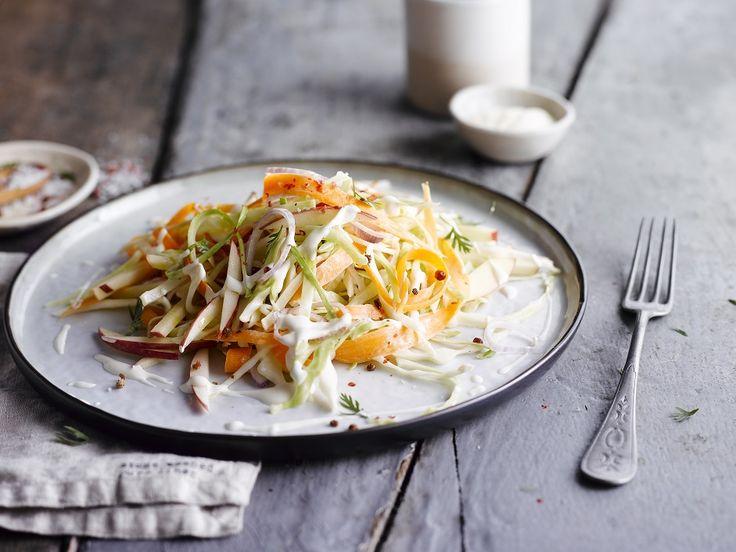 Een overheerlijke koolsla met wortel en appel, die maak je met dit recept. Smakelijk!