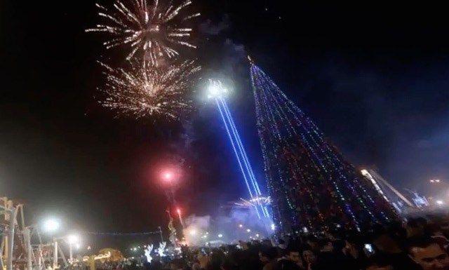 Comerciante muçulmano levanta a maior árvore de Natal em Bagdá em solidariedade aos cristãos