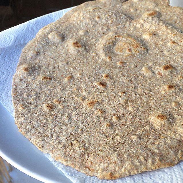Tortillas de trigo 100% integrales 100g harina trigo integral 50 ml agua templada 1/2 cdita levadura polvo (opcional)