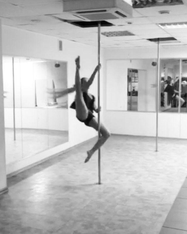 НА СТЫКЕ СТИЛЕЙ POLE CONTEMPORARY И POLE SPORT 🔥 рождаются самые яркие и вдохновенные танцевальные композиции 🙌🏻 Мы учим не просто выполнять движения под музыку - мы учим творить #Танец 💎  Например, завтра, в нашем филиале #ExoticDance #ПроспектВернадского на занятиях у педагога Марии Набатчиковой @maria_nabatchikova (на видео фрагмент её танца), по расписанию: - 18.00 - #PoleDance; - 19.00 - #PoleSport. ✅ Спеши записаться на тренировку, чтобы не жалеть потом о бездарно потраченном…