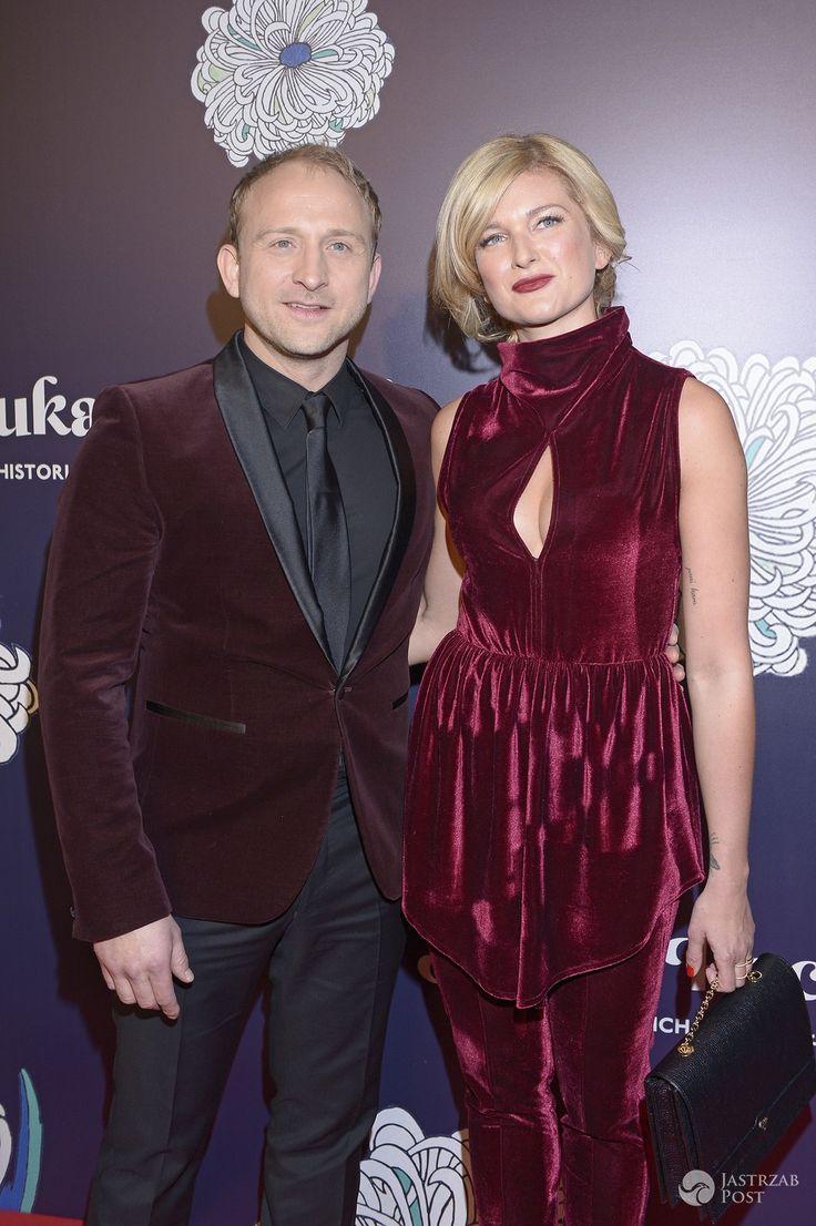 Z wakacji wprost na salony! Borys Szyc i Justyna Nagłowska nie szczędzili sobie czułości na premierze