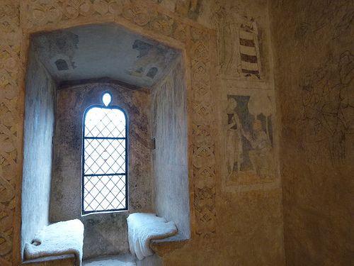 Jak przystało na średniowieczną budowlę obroną, od strony drogi wieży broni staw, który kiedyś stanowił fosę. Inaczej to wygląda od strony podwórka, gdzie straszą stodoły gospodarstwa, zbudowanego na bazie wieży. Przez dom wchodzi się do dobrze pokazany obiekt zobacz także na http://www.abrys-projektowanie.pl