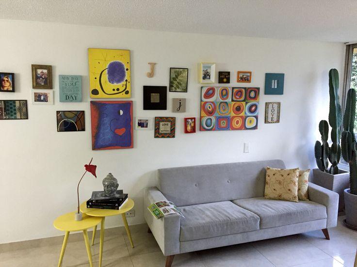 Sala, hogar, decoración, cuadros, sofá, mesa centro, flores