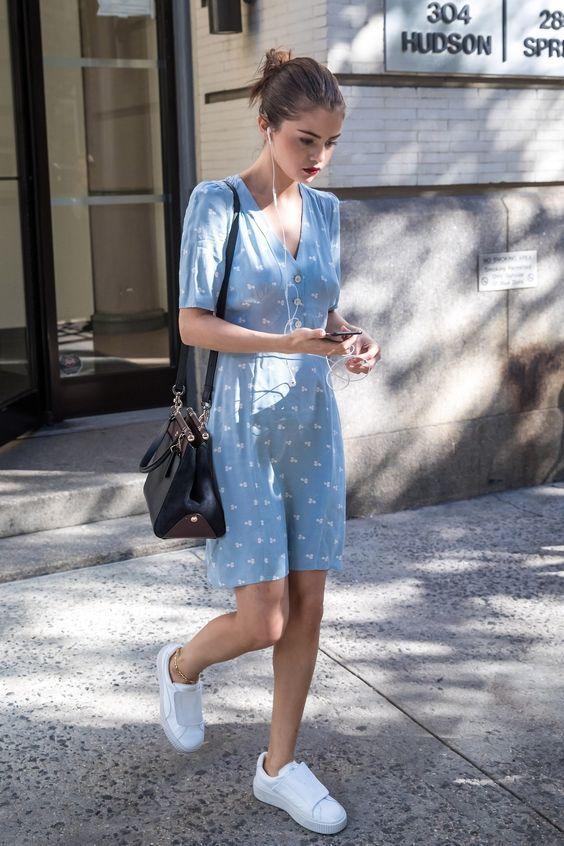 9 Looks casuais com vestido para você investir agora. Tênis branco, Selena Gomez, vestido azul rouge com estampas pequenas