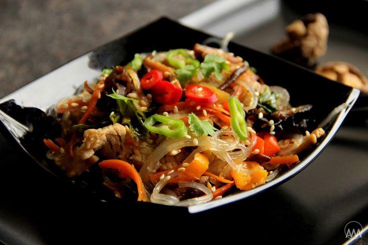 V kuchyni vždy otevřeno ...: Japchae - korejské nudle se zeleninou, houbami a k...