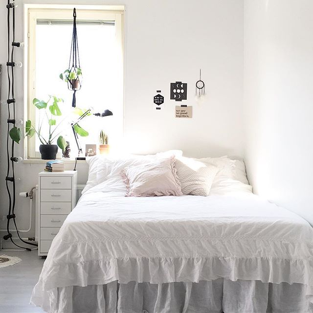 The light 🙌🏼 New bed linen from H&M Home #bedroom #livingroom #inredning #nordichome #nordiskahem #inredningsdetaljer #finahem #familylivingfint #instahome #hmhome #monstera #elefantöra #lagerhaus #bedlinen #inredningsdesign #alltihemmet #levaobo #granit #ljusslinga #mynordicroom