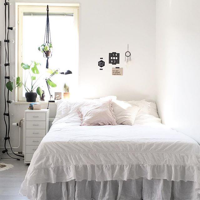 The light  New bed linen from H&M Home #bedroom #livingroom #inredning #nordichome #nordiskahem #inredningsdetaljer #finahem #familylivingfint #instahome #hmhome #monstera #elefantöra #lagerhaus #bedlinen #inredningsdesign #alltihemmet #levaobo #granit #ljusslinga #mynordicroom