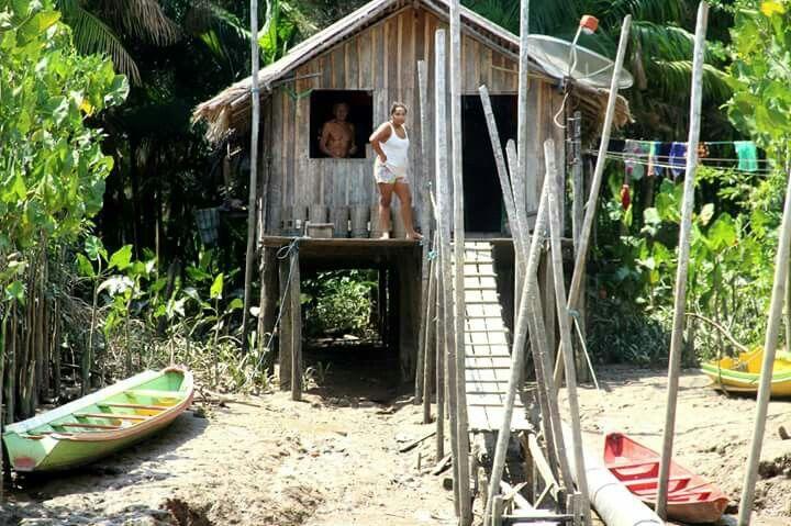 Uma típica casa ribeirinha (as margens do rio).