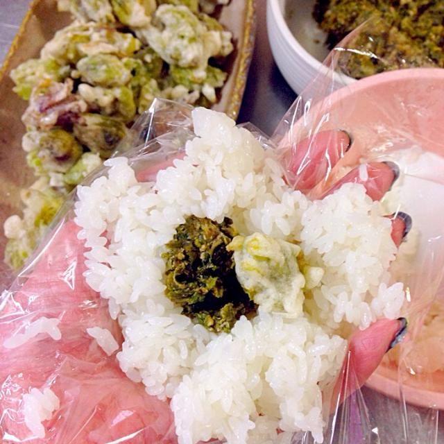 ふきのとう大好きな娘のおにぎりにWふきのとう入れてみた(^_^)v どんな感想が帰ってくるかな( *´艸)( 艸`*)ププッ - 58件のもぐもぐ - ふきのとう味噌とふきのとうの天ぷらのおにぎり by 富士子