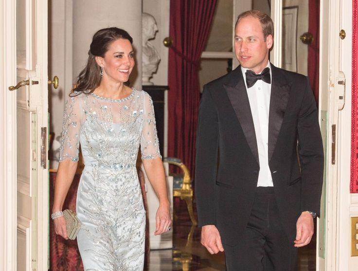 Parigi, pietre preziose e ricami: Kate in argento alla cena di gala