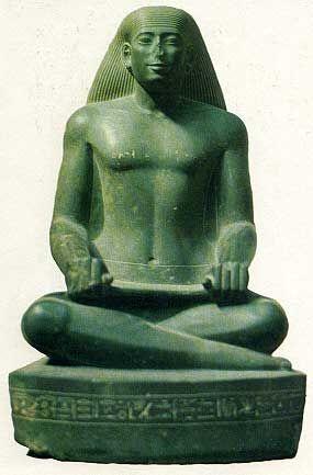 Estatua del escriba Nespekahuti. Periodo tardío, XXV Din. El Cairo, Museo Egipcio. Esquisto verde. Sentado como escriba, con amplio torso y piernas cruzadas, si bien detalles como la estrecha cintura, la curva de tórax, las anchas caderas y la peluca sin raya la alejan del patrón clásico. Pero la piedra empleada, tratamiento de los detalles, la precisión del controno y el acabado se corresponden con los de esta época.