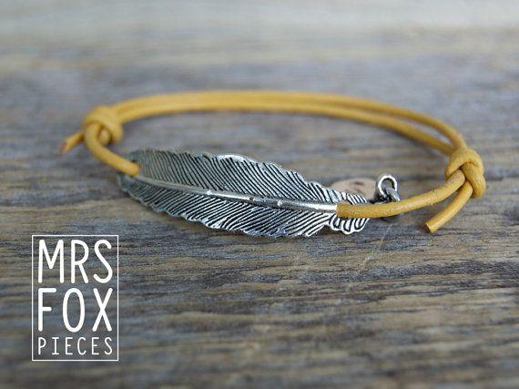 Leren armband - Stoer met zilverkleurige metalen veer - Verstelbaar door schuifknoop - Echt leder - Trendy geel