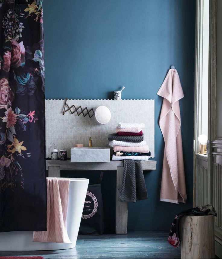 Shower curtain in water-repellent polyester with a printed design | H&M Home