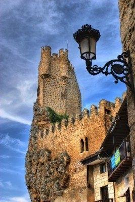 CASTLES OF SPAIN - Castillo de Frias, Burgos. La primera mención de la fortaleza data del año 867. Su misión es de una fortaleza defensiva en un punto de alto valor estratégico en la lucha contra los musulmanes. En 1201 se complementa con la construcción de la muralla y pasa a manos de la corona. El rey Alfonso VIII lo reforma dotándolo de nuevas defensas ya que pasa ser una pieza importante en el control del territorio.