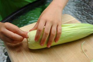 Removing the corn husks for humitas