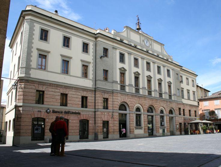 Piazza Matteotti è la piazzetta centrale del paese e qui si trova anche il Palazzo Comunale. Ogni sabato mattina in questa piazza si svolge il mercato degli agricoltori della zona. #umbriainpin