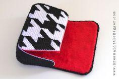 Plastic canvas purse From:http://www.dreamalittlebigger.com/post/plastic-canvas-clutch-tutorial.html